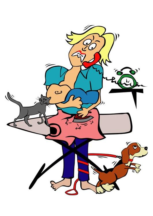 Dame som ammer, snakker i telefon, stryker klær og har hund og katt som springer rundt seg.