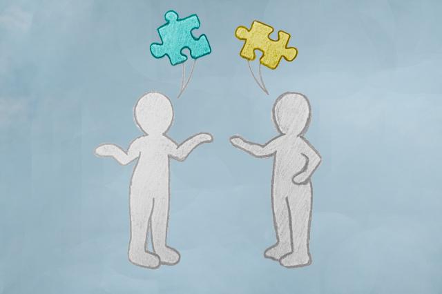 To figurer som står og snakker. Puslespillbrikker over som passer inn i hverandre.