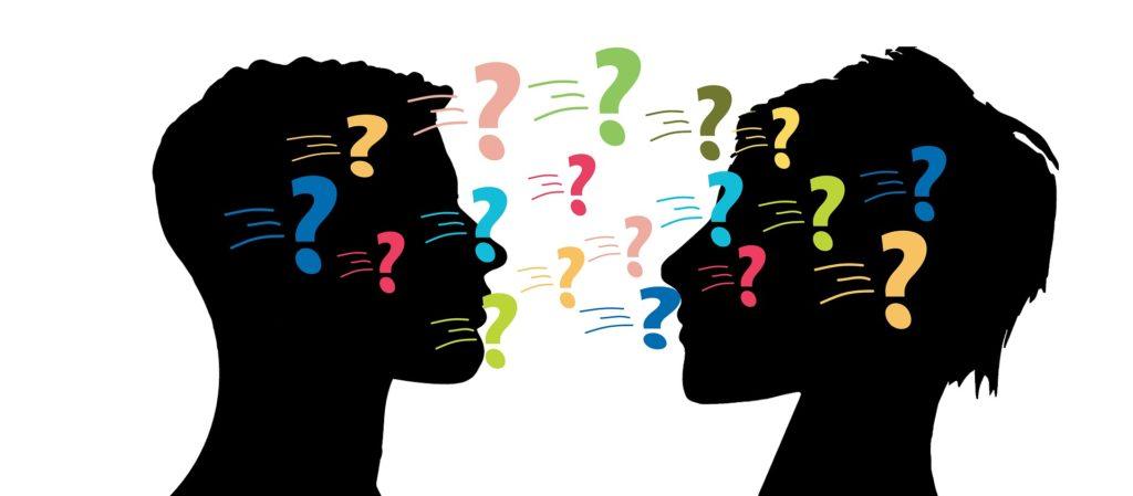 To som står å snakker, mange spørsmålstegn i luften mellom dem.