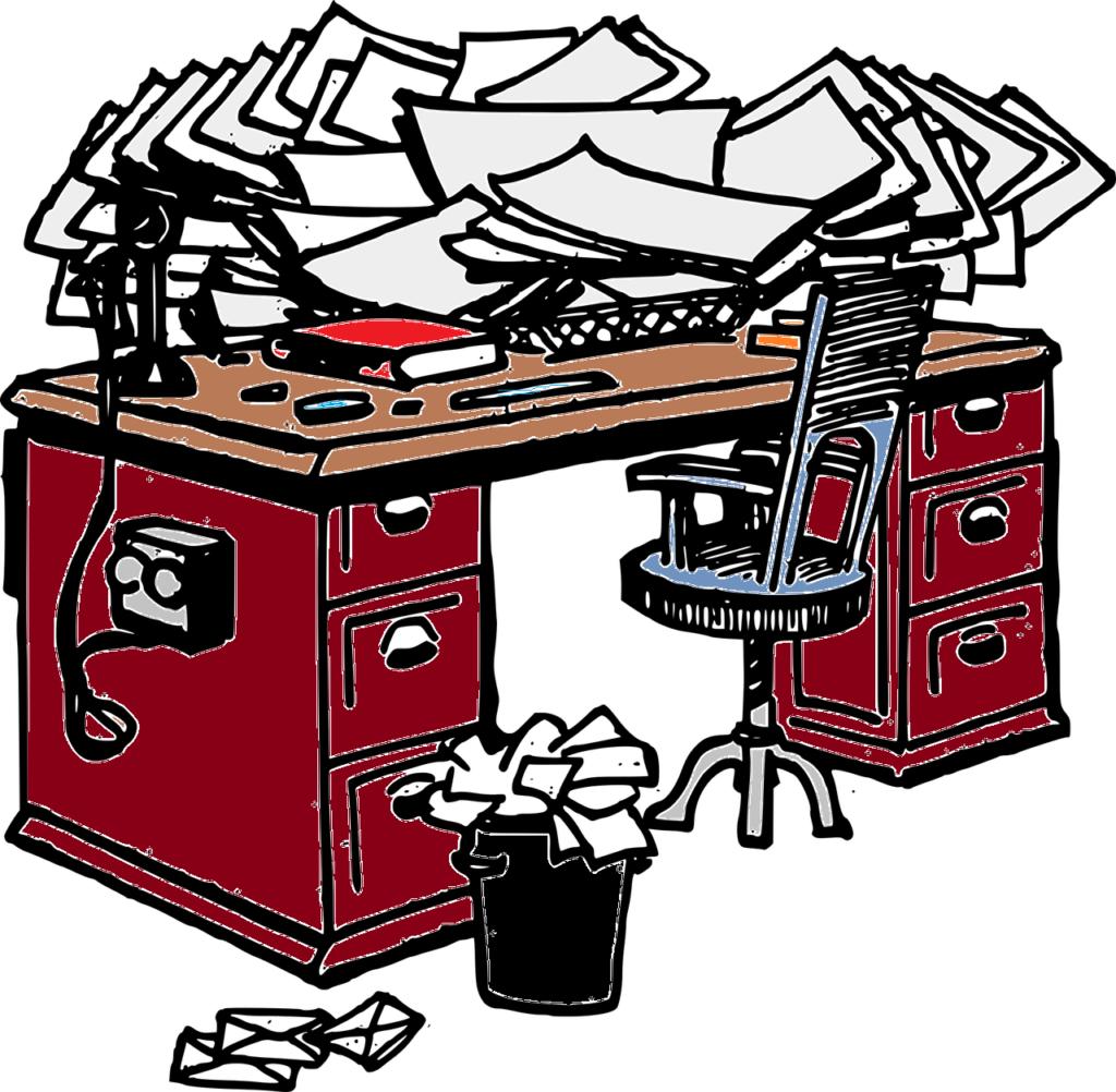 Skrivebord med mye rot.