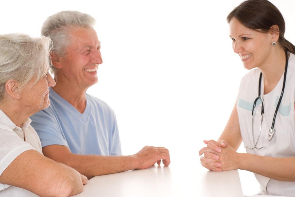 Lege informerer pasient og pårørende.