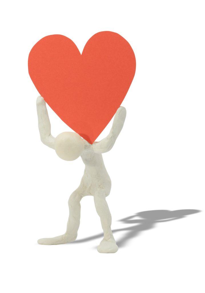 Figur som bærer et hjerte på ryggen.
