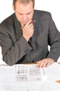 Mann som sitter med skrivebordsoppgave.